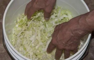 можно ли солить капусту в пластмассовом ведре